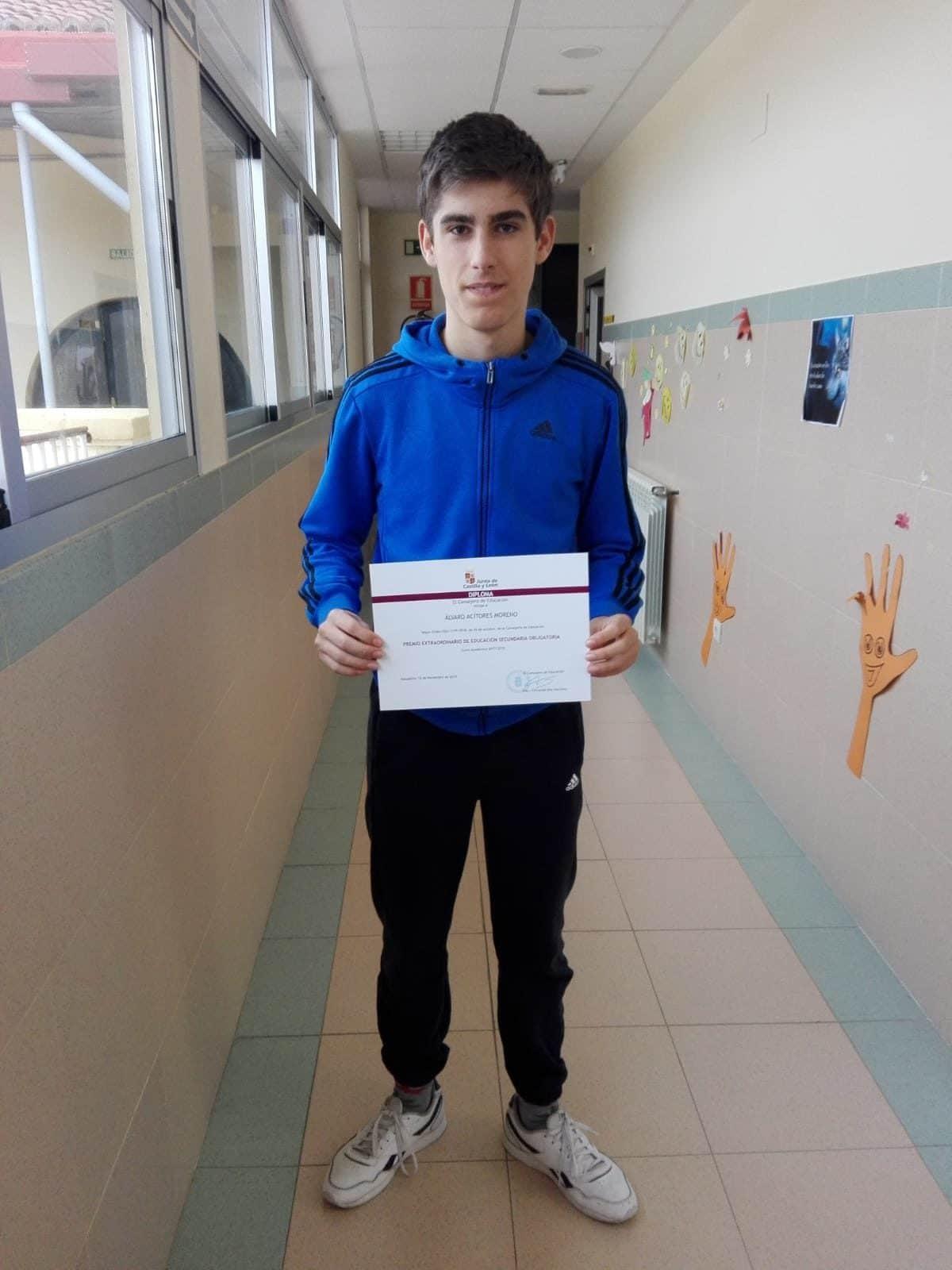 Álvaro Acitores recoge el diploma del premio extraordinario de la ESO