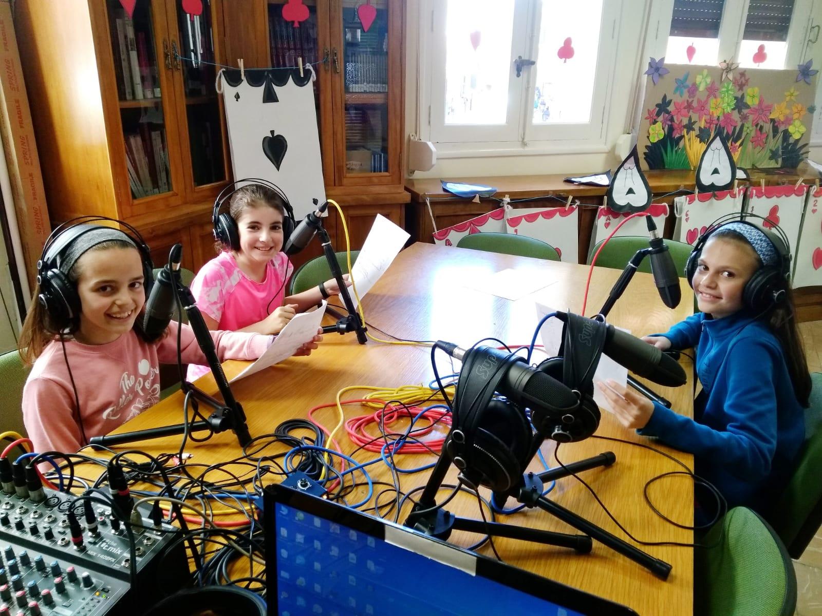El grupo Fili-Antena del taller de radio Onda Filipense trabaja la entrevista.