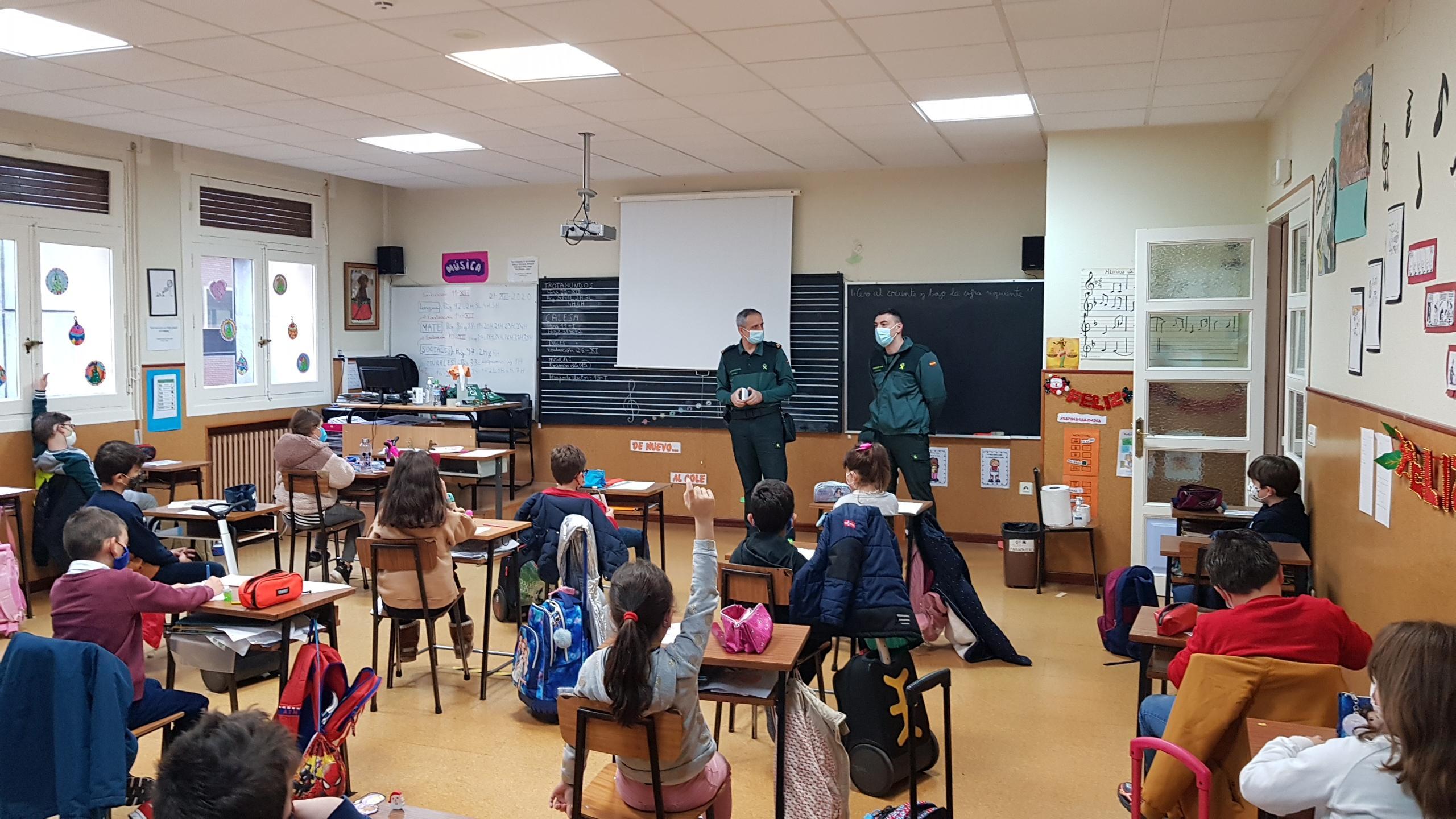 Visita de la Guardia Civil a los alumnos de 3º de Educación Primaria del Colegio Filipense Blanca de Castilla de Palencia